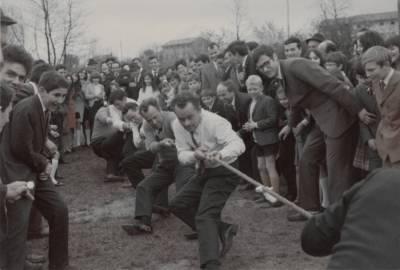 Vneto tekmovanje v vleku vrvi med vaščani. Praznik pomladi je bil tudi to.