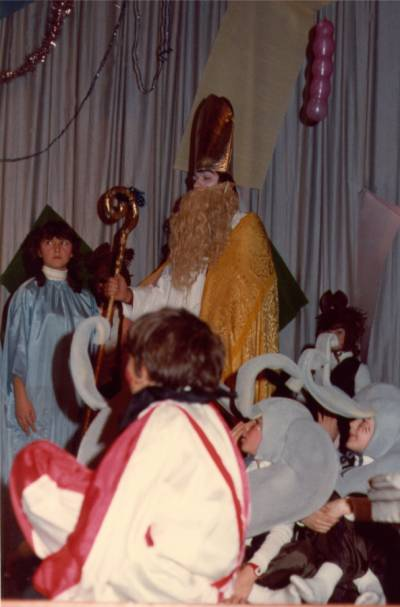 Sv. Miklavž obdaruje otroke. Slika je posneta sredi osemdesetih let.