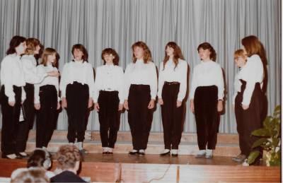 Dekleta med nastopom v župnijski dvorani v Doberdobu.