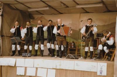 Lojze Slak je tudi v Doberdobu veselo vlekel svoj meh. (30. 3. 1986)