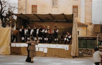 Na cvetno nedeljo leta 1986 so Slaki privabili na dvorišče pred župnijsko dvorano veliko množico ljudi (30. 3. 1986).