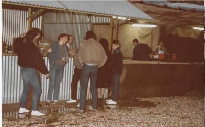 Praznik pomladi 1985. Zvečer pri kiosku.