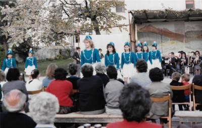 Praznik pomladi 1987. Mažoretke s pihalnim orkestrom iz Fagagne.