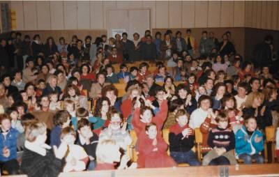 Miklavževanje 1985. Polna dvorana otrok v pričakovanju na svetega Miklavža.