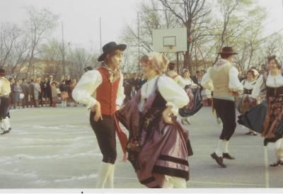 Praznik pomladi 1972. Ples folklorne skupine.