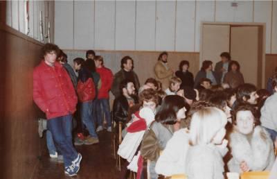 November 1983.  Publika na koncertu domačega pevskega zbora in gostujočega zbora iz Althofna.