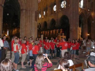 S pesmijo v pariškem Notre Damu.
