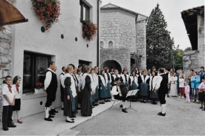 MePZ Hrast s pesmijo pozdravlja odprtje novega društvenega sedeža. September 2002.